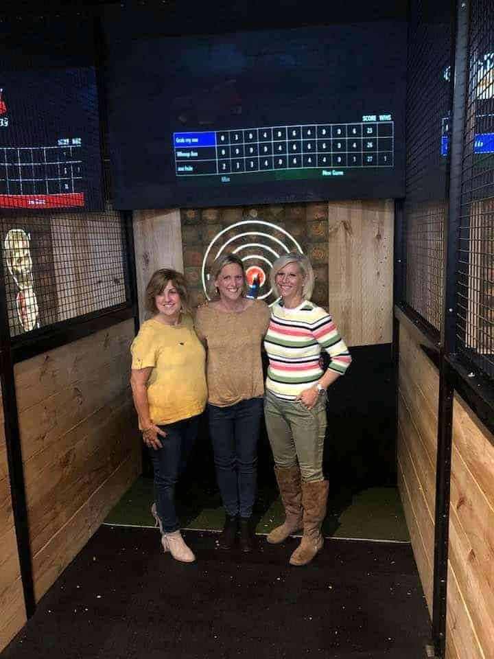 2 women throwing axes in Searcy